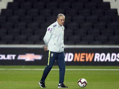 Tite observa treinamento no MK Stadium, na Inglaterra.