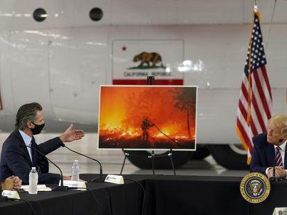 Trump escuta as explicações do governador Newsom sobre os incêndios, na segunda-feira em Sacramento.
