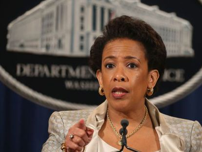 A procuradora-geral Loretta Lynch anuncia a investigação federal em Baltimore.