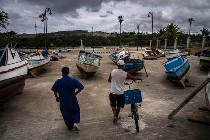 Pescadores inspecionam suas embarcações depois de retiradas da baía de Havana para evitar danos com a passagem da tempestade tropical Elsa, nesta segunda-feira.