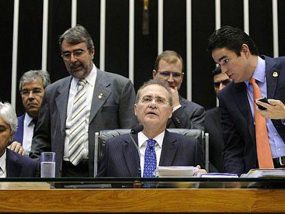 Renan Calheiros preside a sessão do Congresso.