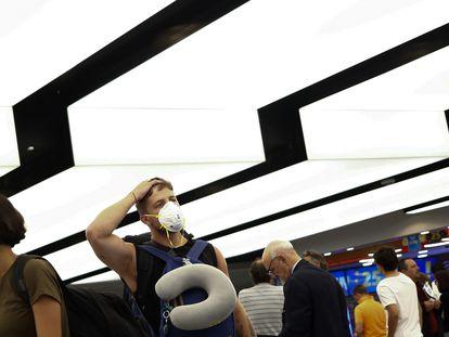 Viajantes no aeroporto de Ezeiza, em Buenos Aires, no dia 13 de março.