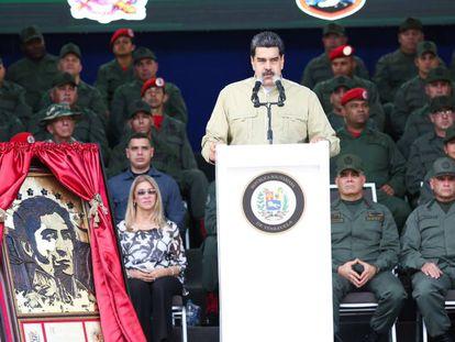 Maduro ao lado de um retrato de Bolívar, durante discurso a militares, transmitido pela televisão no sábado.