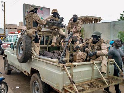 Soldados e cidadãos nos arredores da casa do presidente do Mali, Ibrahim Boubacar Keita, em Bamako, durante a sublevação militar desta terça-feira.
