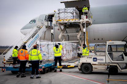 Um carregamento de vacinas da Sinopharm chega ao aeroporto do Budapeste em 16 de fevereiro.