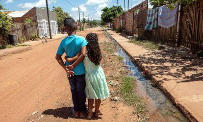 A menina com nome de rua e o menino com nome de jogador de futebol na periferia de Altamira.