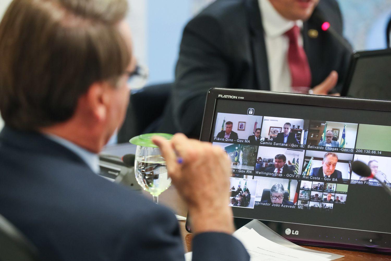 O presidente Jair Bolsonaro em teleconferência com governadores do Nordeste no dia 23 de março de 2020.