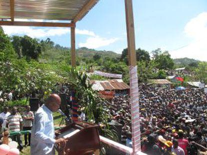 O presidente Michel Martelly inicia a campanha de reflorestamento em 2014 no povoado de Cornillon Grand Bois, em 14 de maio.