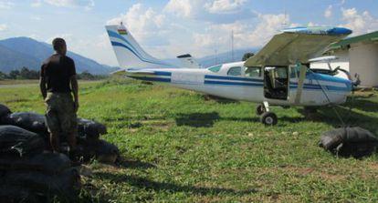 Um monomotor boliviano confiscado na selva do Peru. / J. FOWKS