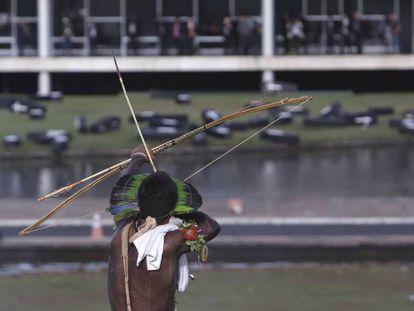 Indígena protesta na frente do Congresso Nacional, em abril deste ano.