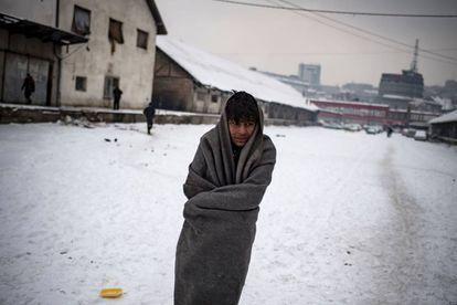 Um imigrante em um campo de refugiados em Belgrado.