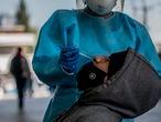 Una persona se realiza una prueba PCR en la explanada de la delegación Iztapalapa en  Ciudad de México el día 06 de enero de 2021. México se ha colocado ya como uno de los países con mayo numero de contagios y muertes consecuencia de la pandemia de coronavirus en el mundo. La capital continua en código rojo y esta próxima alcanzar la capacidad total en sus hospitales.