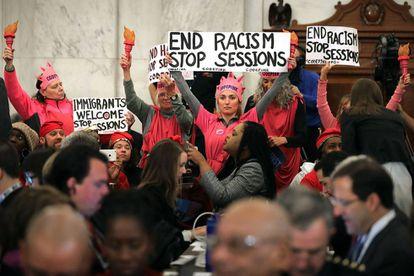 Manifestantes protestam contra a indicação de Jeff Sessions durante a sessão no Congresso que irá confirmar seu nome para a Justiça.
