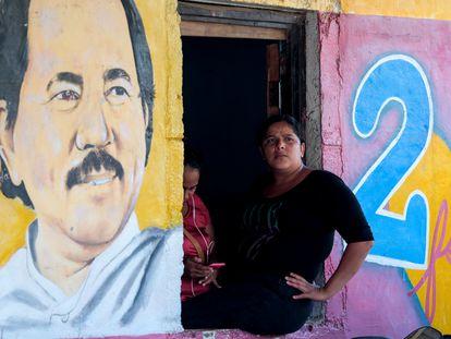 Uma mulher sentada ao lado de uma imagem de Daniel Ortega na cidade de Catarina (Nicarágua), em outubro de 2020.