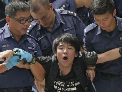 Estudante detido na sede do Governo em Hong Kong.