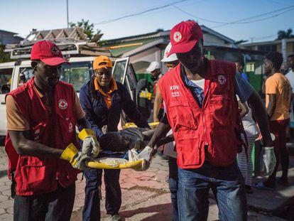 Paramédicos da Cruz Vermelha atendem vítimas do terremoto em Los Cayos, Haiti, neste sábado.
