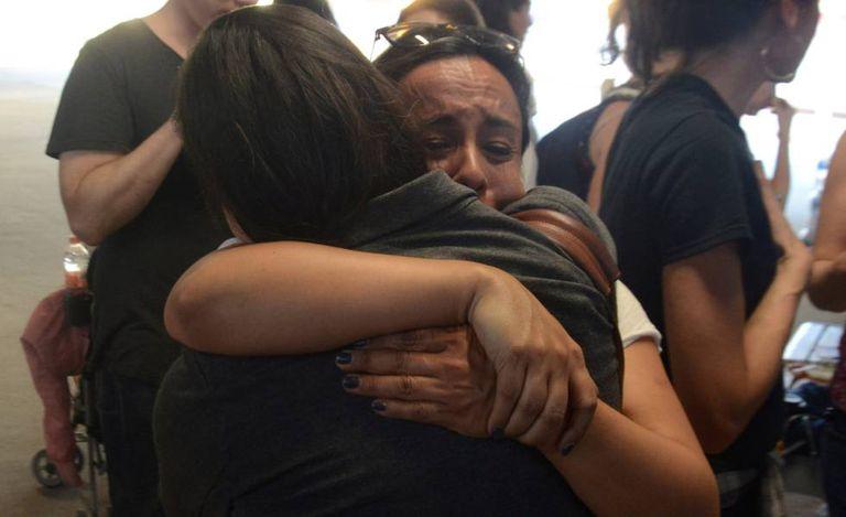 Sandra Cordero e Erika Pinheiro se abraçam em 2 de março no posto fronteiriço de Calexico, na Califórnia, após saberem que os 29 pais podem entrar nos Estados Unidos.