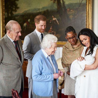 O príncipe Henry (segundo à esquerda) e a duquesa de Sussex, Meghan Markle (à direita), apresentam seu filho recém-nascido, Archie Harrison Mountbatten-Windsor, à mãe da duquesa de Sussex, Doria Ragland (segunda à direita), e à rainha Elizabeth II (centro) e seu marido Philip, duque de Edimburgo, no Castelo de Windsor (Reino Unido).