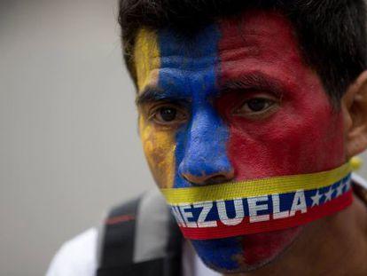 Um manifestante opositor nesta quinta-feira em Caracas.