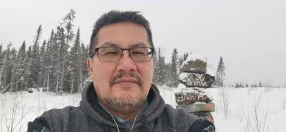 James Papatie em Kitcisakik, sua comunidade natal, onde voltou a viver atualmente.