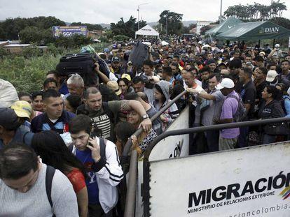 Milhares de venezuelanos na fronteira com a Colômbia.