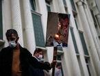 Un hombre sostiene un póster con una caricatura de Emmanuel Macron como el diablo, durante una protesta contra Francia en Estambuel, el 30 de octubre.