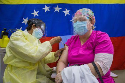 Agentes de saúde aplicam vacinas em um hospital público de Caracas (Venezuela), em março.