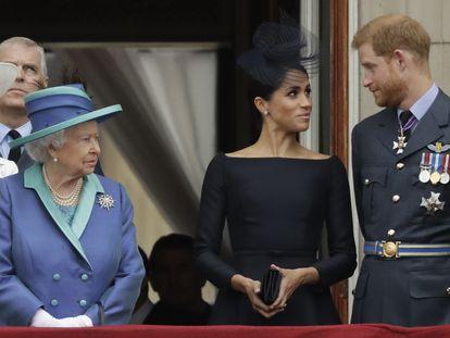 A rainha Elizabeth II observa Meghan Markle e o príncipe Harry no balcão do palácio de Buckingham, em julho de 2018.