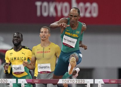 Alison Dos Santos, durante a prova que lhe rendeu a medalha de bronze em Tóquio.