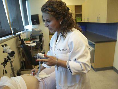 Uma médica examina mulher grávida em uma unidade médica da Flórida.