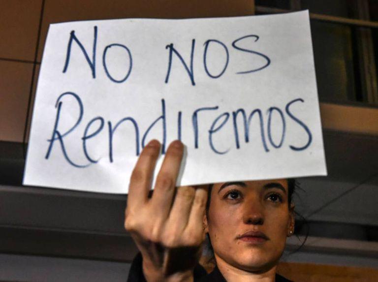 Colombiana protesta ao saber do resultado do referendo.