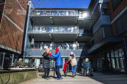 Idosos respiram ar fresco no pátio de uma residência, semana passada, em Oslo (Noruega).