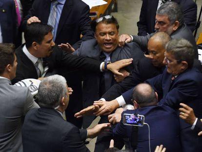 Tumulto durante a sessão que decide o rumo da denúncia contra Michel Temer, na Câmara.