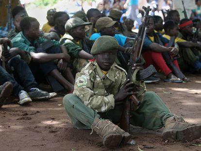 Cerimônia de desbomilização de crianças soldados em Yambio, Sudão do Sul.