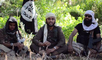 Vídeo que mostra Abu Muthanna al Yemeni (centro), cujo nome real é Nasser Muthana, de 20 anos e originário de Cardiff (Reino Unido).