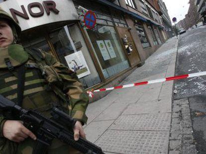 Uma soldado norueguesa vigia uma rua de Oslo.