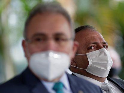 O atual ministro da Saúde, Marcelo Queiroga, e ao fundo, o ex-titular da pasta Eduardo Pazuello.