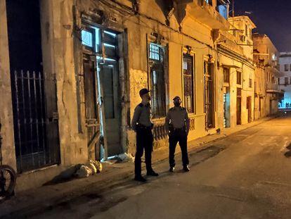 Policiais na frente da sede do Movimento San Isidro, em Havana, após detenção de manifestantes.