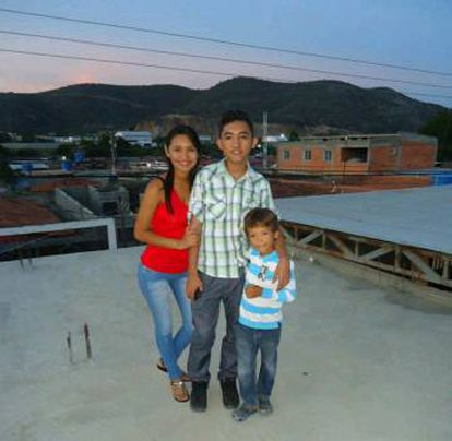 Wilmer com a irmã e o sobrinho em Barquisemeto, na Venezuela.