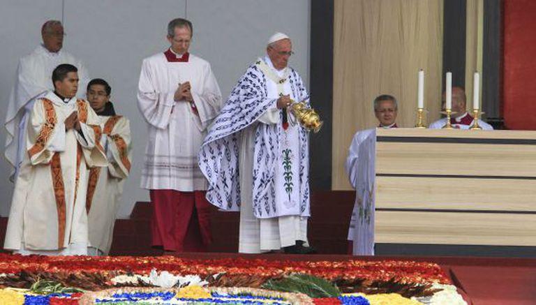 O Papa oficia uma missa nesta terça-feira em Quito.