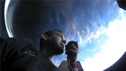 Jared Isaacman se comunica com a Terra durante sua viagem espacial em 17 de setembro.