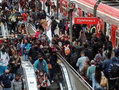 Passageiros na estação da Luz, no centro de São Paulo.