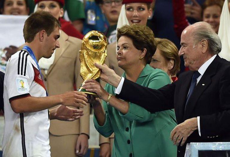 Dilma Rousseff entrega a Copa ao capitão alemão Philip Lahm.