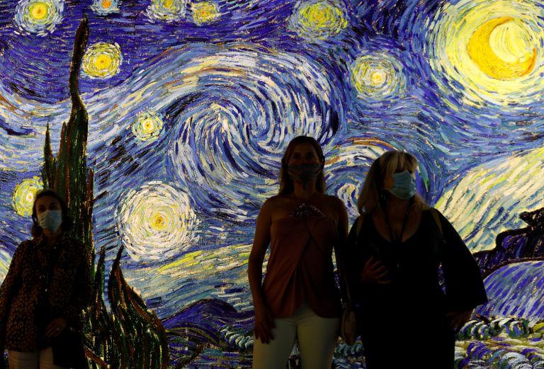 Visitantes usam máscaras na abertura da exposição 'Conheça Vincent Van Gogh', em Lisboa, nesta sexta-feira. Portugal foi um dos países que melhor administrou a crise do coronavírus e começa a reabrir economia, com restrições.