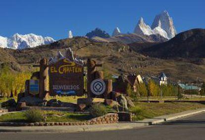 Entrada da cidade de El Chaltén, na Patagônia argentina, com o grupo do Fitz Roy ao fundo.