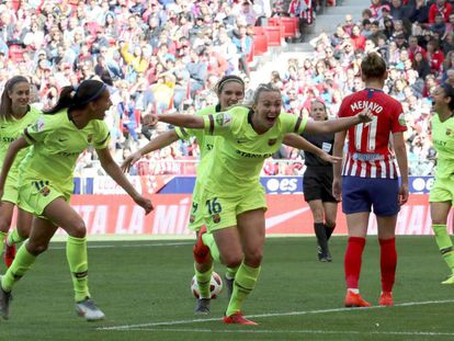 Tonni Duggan (c) celebra seu gol contra o Atlético de Madrid.