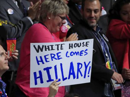 Um cartaz de apoio a Clinton durante o processo de votação dos delegados na Filadélfia.