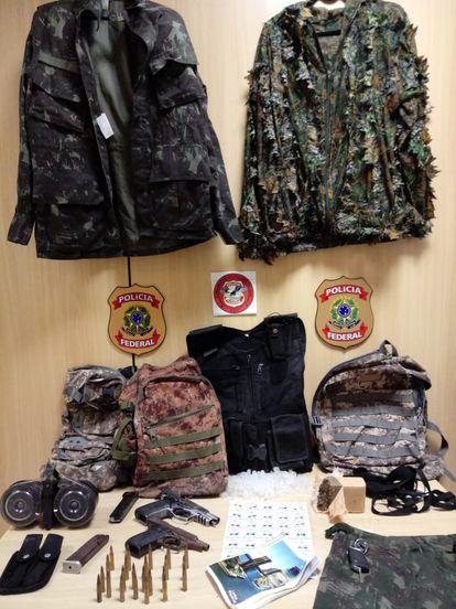 Pistolas, munição, eppendorfs (para acondicionamento de cocaína), tijolo de maconha e roupas de camuflagem que a PF afirma terem sido apreendidos em operação.