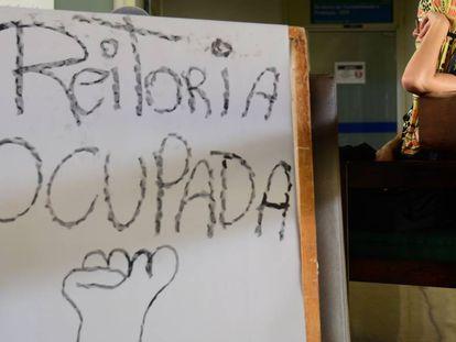 Alunos da Universidade de Brasília (UnB) ocupam a reitoria em protesto contra atrasos no pagamento de bolsa-auxílio estudantil em 2015.