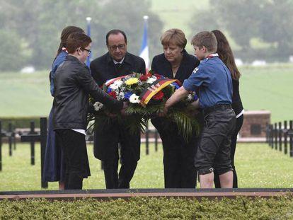 François Hollande e Angela Merkel no cemitério de Consenvoye neste domingo, no aniversário da batalha de Verdun.